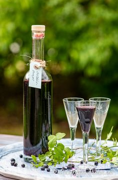 Gör egen snaps med smak av blåbär.   Blåbärssnapsen serverar du väl kyld som vanlig snaps till kräftskiva, sillbord, smörgåsbord, julbord, påsk och midsommar.   Snapsen håller minst något år mörkt och svalt.  Cocktails, Drinks, Flute, Champagne, Wine, Bottle, Tableware, Craft Cocktails, Drinking