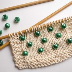 How to add pearls to your knitting – tricot - Strickmuster für Babys Loom Knitting, Knitting Stitches, Free Knitting, Crochet Scarf Tutorial, Knitting Patterns, Crochet Patterns, Knit Or Crochet, Craft Tutorials, Knitting Projects