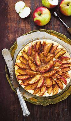 Keksipohja täytetään sitruunaisella tuorejuustotäytteellä ja omenaviipaleilla. Valuta päälle vielä vaahterasiirappia.