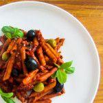 Pasta presto! Met tomaat, spekjes en olijven - Vertruffelijk