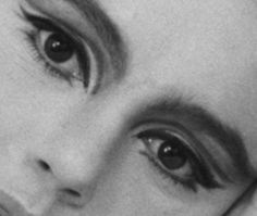 Edie Sedgwick eye make up The muse of Andy Warhol: Edie Sedgwick eye make up by je_suis_mod, via Fli 60s Makeup, Vintage Makeup, Makeup Inspo, Vintage Beauty, Makeup Inspiration, Hair Makeup, Fashion Inspiration, Andy Warhol, Edie Sedgwick