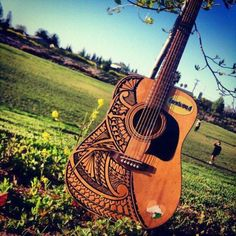 Badass polynesian art on guitar Acoustic Guitar Art, Ukulele Art, Ukelele, Music Guitar, Cool Guitar, Playing Guitar, Polynesian Art, Polynesian Designs, Maori Designs