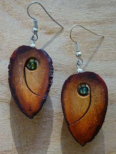 Ohrschmuck aus Avocadokern mit Glasperlen