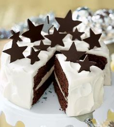 Simple & pretty chocolate stars White Chocolate Truffle and Chocolate Fudge Layer Cake with Homemade Chocolate Stars. Fabulous for helping to ring in the New Year! tips cooking guide Chocolate Fudge Layer Cake Recipe, Homemade Chocolate, Fudge Cake, Chocolate Stars, White Chocolate Truffles, Chocolate Blanco, Food Cakes, Cupcake Cakes, Winter Torte