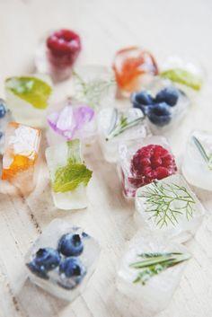 IJsblokjes met vruchtjes en kruiden.