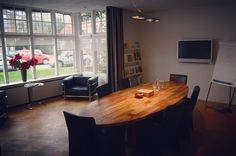 Another great space just north of Amsterdam. Easy to reach by car and perfect for meetings. It has everything you need for a small price and of course you can use the kitchen.