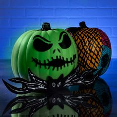 Halloween Plates, Diy Halloween Decorations, Halloween Crafts, White Pumpkins, Painted Pumpkins, Diy Craft Projects, Diy Crafts, Jack Skellington Pumpkin, Bowtie Pattern