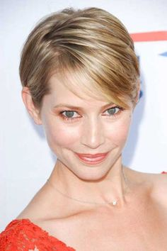 Short Blonde Casual Sidepart Hairstyles