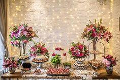 Gracinha essa mesa de doces minimalista com pontinhos de luz iluminando o ambiente. Um mimo ✨ Inspiração by @casinhaquintal Foto: @juan_cogo