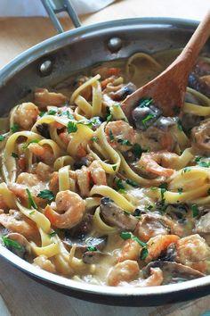 Pâtes aux crevettes et champignons dans une sauce crémeuse au fromage. Recette simple pour un repas facile et rapide. Votre repas est donc prêt en 15 mn ! Difficile à battre pour un délicieux repas de semaine sans stress.