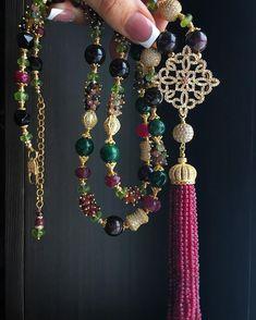А ещё в этом роскошном комплекте есть чудесный сотуар. Пышная пластичная кисточка, роскошная фурнитура и изумительные камни: гранат, халцедон, хризолит, турмалин, хризопраз, рубин, спессартин, малахит. Длина 85 см. Он очень хорош👌🏻✨💃🏻!!! Сделан на заказ. . . . . . . #jewelrydesign #luxury #jewellery #luxuryjewelry #bestjewelry #necklace #love #cristmas #украшения #украшенияназаказ #сотуар #сотуарскистью #лучшиеукрашения #элитнаябижутерия Wire Wrapped Necklace, Lariat Necklace, Pendant Necklace, Tassel Jewelry, Beaded Jewelry, Jewelry Necklaces, Brooches Handmade, Handmade Bracelets, Necklace Tutorial