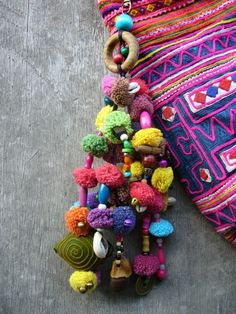 Inspire Me.pompons with beads, great idea for key hangers Diy And Crafts, Arts And Crafts, Bohemian, Boho Chic, Handicraft, Bunt, Tassels, Crochet Necklace, Diy Necklace