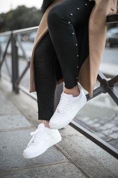 Qui a dit que porter des baskets n'était pas féminin ? Je vous arrête immédiatement. Je vous présente mon dernier coup de coeur : les Nike Air Force 1 ! Maintenant c'est courant de voir une nana avec des baskets aux pieds, ce n'est plus réservé aux hommes et tant mieux ! Les marques créent … Continuer la lecture de «AIR FORCE 1 Wmn»