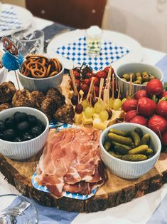 Oktoberfest im November - Warum nicht?! - maimaldrei Octoberfest Party, Oktoberfest Food, Party Food And Drinks, Party Snacks, Fall Recipes, Holiday Recipes, Charcuterie And Cheese Board, Party Buffet, Food Humor