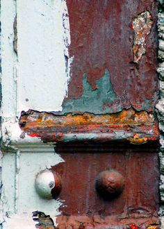 beauty in the rust Rust Never Sleeps, Peeling Paint, Old Doors, Antique Doors, Rusty Metal, Texture Art, Wabi Sabi, Rustic Design, Textures Patterns