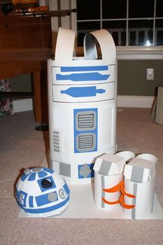 As a student, I didn't want to spend much on my halloween costume this year, so I opted for making a cheap R2D2 costume (I was recently introduced to Star Wars...