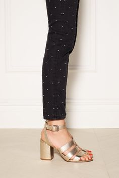 madewell maria sandal worn with the high-rise skinny jeans.