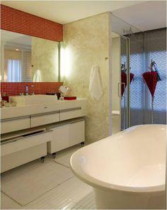 Designer de Interiores: Casa cor São Paulo: Suite da Filha Vaidosa – Clélia Regina Ângelo, arquiteta. Detalhe do banheiro, que abriga uma banheira free-standing.