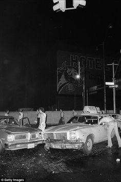 Photos show the chaotic aftermath of the 1977 New York City blackout London Bridge, Brooklyn Bridge, Time Lapse Photo, Bedford Stuyvesant, War On Drugs, Manhattan Skyline, Lightning Strikes, People Sitting, World Trade Center