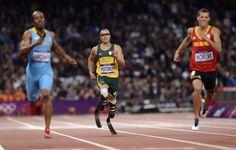 Oscar Pistorius all'arrivo, ultimo, nella semifinale dei 400 a Londra