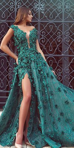 Green is a wonderfully fresh color to use for a wedding. One of the most noticeable ways to incorporate green is to choose wedding dresses of this color. Green wedding dresses are just as gorgeous as white gowns on a brides wedding day. Green Wedding Dresses, Fancy Dresses For Weddings, Emerald Green Wedding Dress, Emerald Green Dresses, Vestidos Color Blanco, Couture Dresses, Fashion Dresses, Pretty Dresses, Elegant Dresses