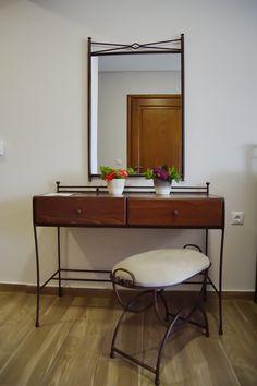 Διαμέρισμα Νο. 1 - Με ιδιαίτερη ευαισθησία και απόλυτο σεβασμό στις ανάγκες σας, δημιουργήσαμε αυτό το ειδικό διαμέρισμα για τα Άτομα με Ειδικές Ανάγκες (ΑΜΕΑ), σύμφωνα με τις διεθνείς προδιαγραφές, αλλά κυρίως με γνώμονα την άνεση και τη λειτουργικότητα. Το Διαμέρισμα Νο.1 μπορεί να φιλοξενήσει με άνεση Άτομα Μειωμένης Κινητικότητας καθώς είναι εξοπλισμένο με τις απαραίτητες υποδομές που εξασφαλίζουν την άνετη διαμονή σας.