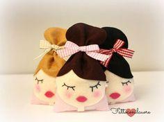 """Sacchetto in feltro """"bambola"""" fatto a mano. Handmade felt """"doll"""" favor sachet."""