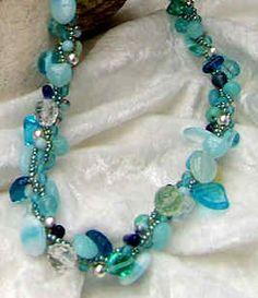 Gehäkelte Halskette aus unterschiedlichen Schmucksteinen in türkis