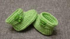 Gorro a crochet para niñas en punto trenza en relieve con pompón - Crochet Symbols Crochet Baby Boots, Crochet Bebe, Crochet Baby Clothes, Crochet Shoes, Crochet Motif, Free Crochet, Crochet Patterns, Crochet Scarf Tutorial, Crochet Scarf For Beginners