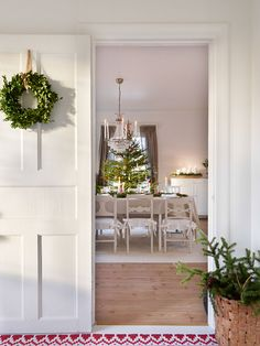Get inspired with these Modern Scandinavian Christmas Interior Decorating Design Ideas that are inspired by the Scandinavian design trend , all featuring beautiful color schemes and décor choices.