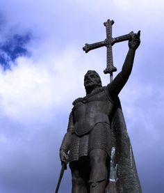 La batalla de Covadonga y el origen del reino asturiano    La Batalla: 28 de Mayo del año 722. El ejército musulmán lo formaban 20.000 hombres. Pelayo contaba con 300, de los cuales, dos tercios fueron a los cerros de alrededor y unos cien hombres junto con Pelayo se quedaron escondidos en la cueva.  Cuando las tropas musulmanas estaban al alcance, los Astures empezaron a disparar flechas y a arrojar piedras. El pánico se apoderó de ellos y huyeron como pudieron…