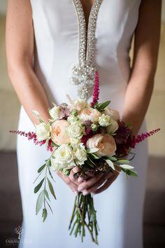 bonito ramo de novia #ramos #novias #ramosdenovia #boda #fabianluque #fotografosdeboda #fotografosdecordoba Wedding Dresses, Fashion, Simple Style, Photo Style, Wedding Bouquets, Brides, Nice, Bride Dresses, Moda