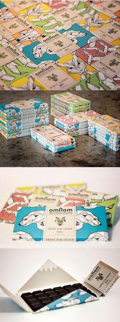Islanti graafikon silmin, osa 1 Omnon.  Ihanaa suklaata ja mikä pakkaus! Pakkauksen suunnittelija André Úlfur Visage kertoo halunneensa luoda uudelleen suljettavan visuaalisen pakkauksen jota ei raaski heittää pois. Osittain todelliset ja osittain mystiset hahmot luovat brändille erottuvan ja raikkaan ilmeen.  Kuvat lähteestä: http://blog.icelanddesign.is/omnom-chocolate/