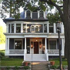 """Victorian Homes That'll Make You Say, """"Did I Just Get Hard From Real Estate Porn?"""" 13 Victorian Homes That'll Make You Say, """"Did I Just Get Hard From Real Estate Porn? Modern Victorian Homes, Victorian Homes Exterior, Victorian Houses, Victorian Style Decor, Victorian Porch, Vintage Houses, Victorian Farmhouse, Victorian Design, Victorian Architecture"""