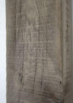Eikenhout vergrijzen door in te wrijven met ammoniak. Afspoelen met water.