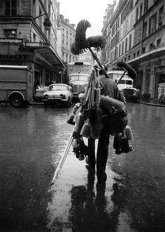 France. Sabine Weiss - Marchand du balais, 1961