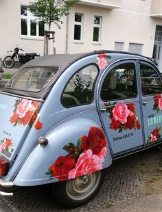 I love Beetle car and this one is floral too. Carros Retro, Carros Vintage, My Dream Car, Dream Cars, Auto Volkswagen, 2cv6, Flower Car, Flower Truck, Vw Vintage