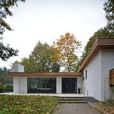 Facelift bungalow Knegsel • Studio Slotboom Flat Roof House, House Windows, Facade House, Cottage Exterior, House Paint Exterior, Graphic Design Magazine, Magazine Design, Mid Century Exterior, Bungalow Renovation