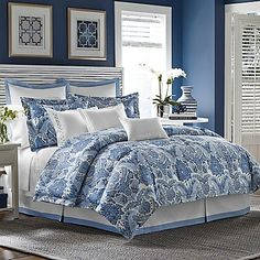 Evoke an exotic look in your bedroom with the Tommy Bahama Porcelain Paradise Comforter Set. With an eye-catching damask print in porcelain blue and white hues, the ornate bedding adds a new level of freshness and sophistication to your bedroom.