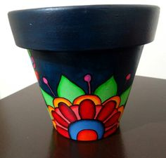 Con flores! Painted Plant Pots, Painted Flower Pots, Flower Pot Crafts, Clay Pot Crafts, Pottery Painting, Diy Painting, Mexican Paintings, Fiesta Theme Party, Terracotta Pots
