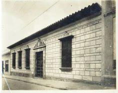 En la imagen observamos fachada y alrededor de la Casa Natal del Libertador Simón Bolívar, tal como podían verse en 1919 (Caracas).