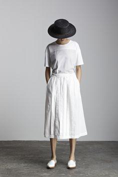 ふんわりしたスカートなら、より足首の細さが強調されて見えます♪全身を白のワントーンコーデにまとめているので、よりすっきりとさわやかな印象に。