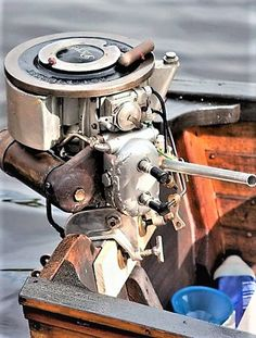 Awesome 2 cylinder early outboard motor. (love the rope pull)