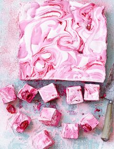 Raspberry ripple marshmallows - - If you've never made marshmallows before then this is the best recipe. We love the rich raspberry ripple, that's easy to achieve. Make for a gift, afternoon tea or a dinner-party dessert. Dinner Party Desserts, Dessert Party, Grill Dessert, How To Make Marshmallows, Recipes With Marshmallows, Chocolate Marshmallows, Homemade Marshmallows, Chocolate Lollipops, Marshmallow Recipes