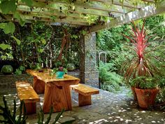 Casa e estúdio de David Lachapelle em Los Angeles I A varanda da residência, simples e acolhedora, com uma grande mesa de madeira rústica, é onde LaChapelle mais gosta de ficar (Foto: John Schoenfeld / Skor Productio)