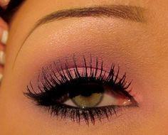 Uma ótima combinação, anota ai! Sombra rosa + delineador + rímel = olhar poderoso! www.sturari.com.br