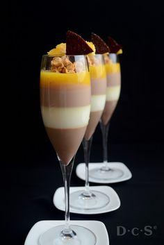Dulcerías con sorpresa: Panna cotta de tres chocolates en copa con naranja y caramelo