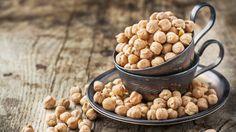 Cizrna nebo také římský hrách je dnes u nás již známá luštěnina, některými lidmi je ale bohužel stále opomíjená, přestože jde o velmi kvalitní potravinu. Víte, jaké jsou její pozitivní účinky? Quick Healthy Meals, Quick Recipes, Dog Food Recipes, Vegetable Recipes, Beans, Fresh, Vegetables, Diet, Bulgur