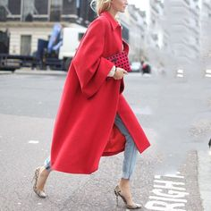 The Best Street Style Looks From London Fashion Week Red coat Look Fashion, Street Fashion, Fashion News, Spring Fashion, Winter Fashion, Womens Fashion, Fashion Trends, Trendy Fashion, Dress Fashion