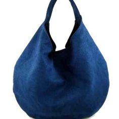 Oto wielka torebka hobo uszyta z niebieskiego zamszu alkantara. Wykończona jest wysokiej jakości czerwoną bawełną w kratkę big blue torebka w KuferArt.pl